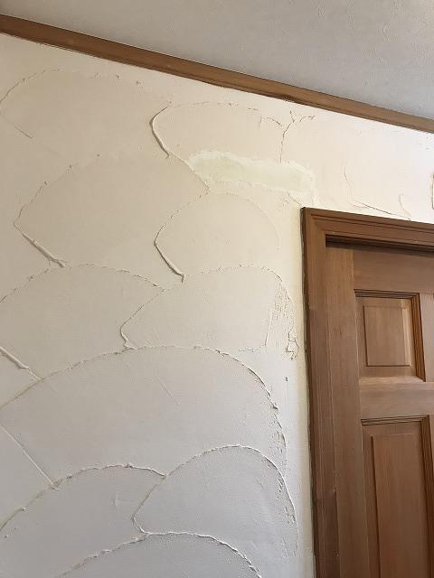 盛岡市向中野にて室内壁の補修塗装工事を行いました。